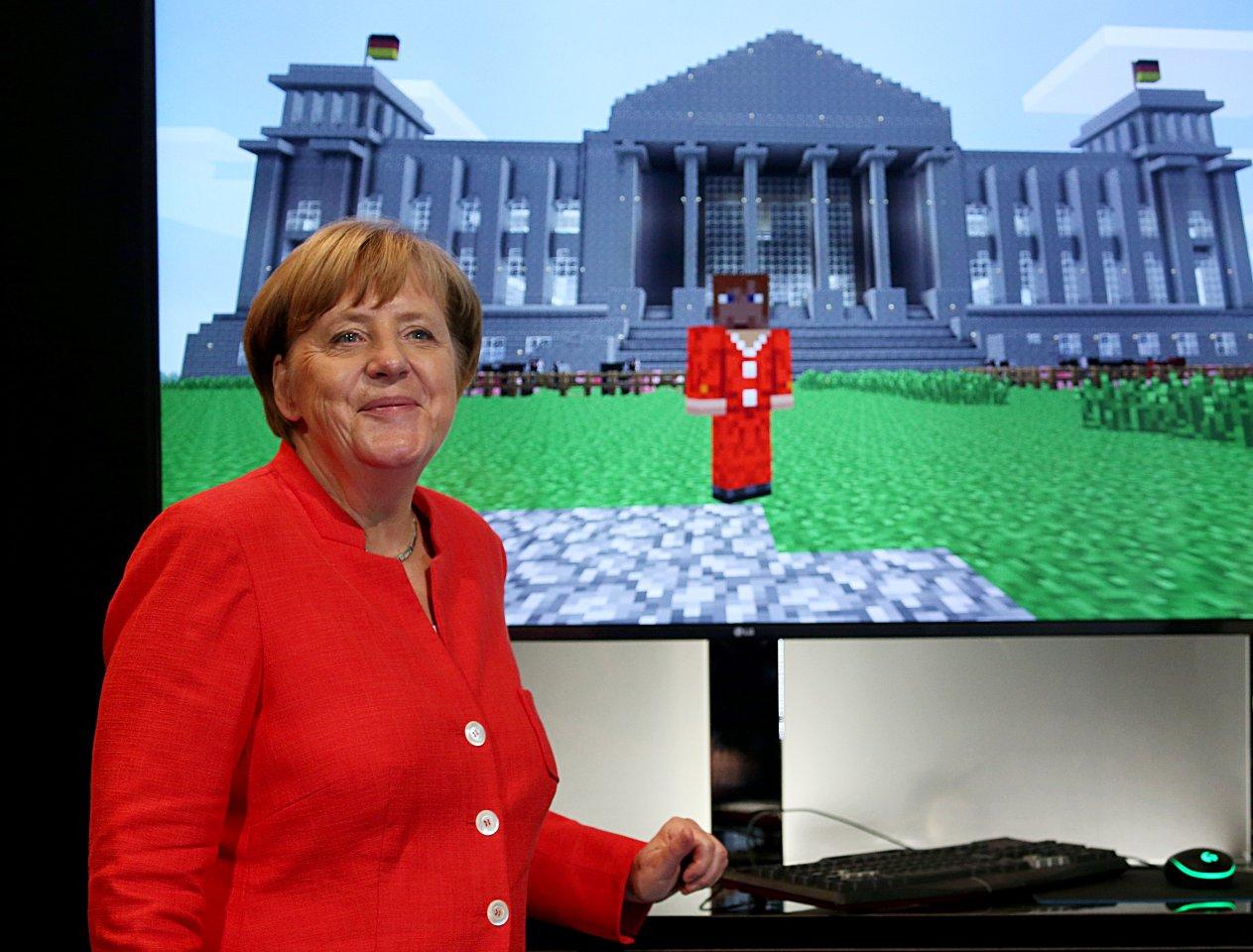 """Kanzlerin Merkel mit ihrem virtuellen """"Zwilling""""."""