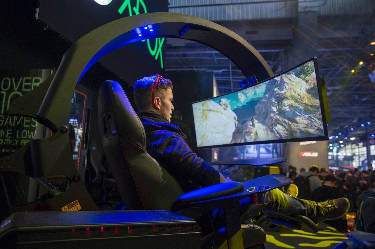 Ein curved Gaming-Monitor im kompletten Sitzsetting hat zwar was, kostet dafür aber etwa so viel wie ein Auto.