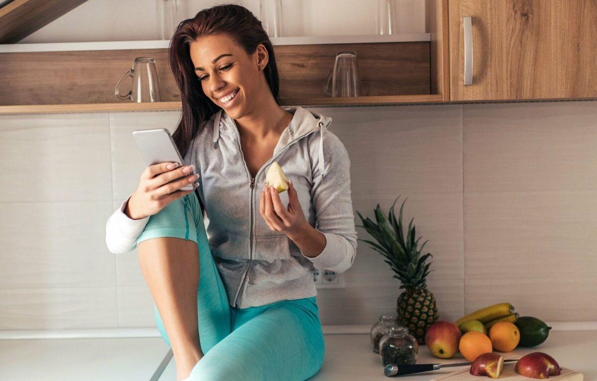 Frau sitzt auf der Küchentheke