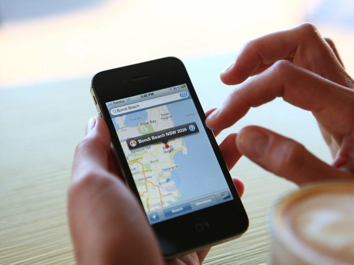 Handy mit Navigation und Ziel Bondi Beach in Hand