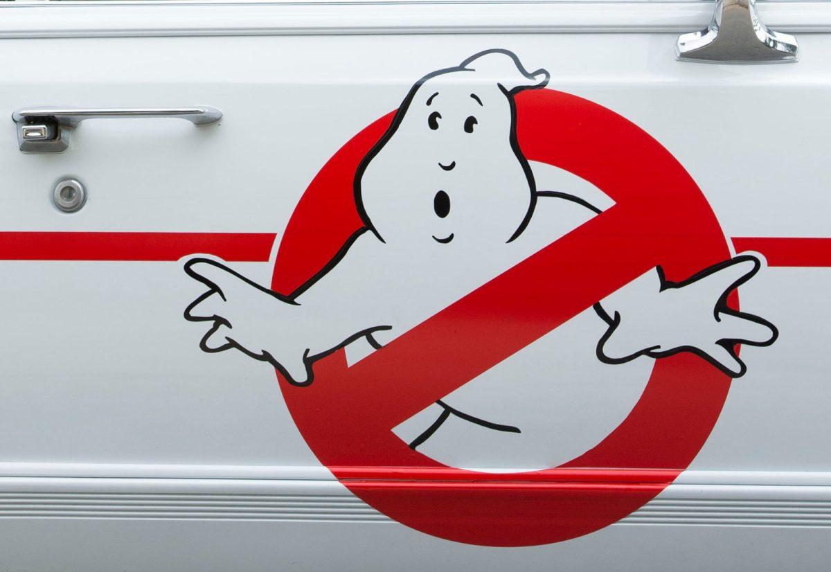 Das Logo der Ghostbusters auf einer Autotür.