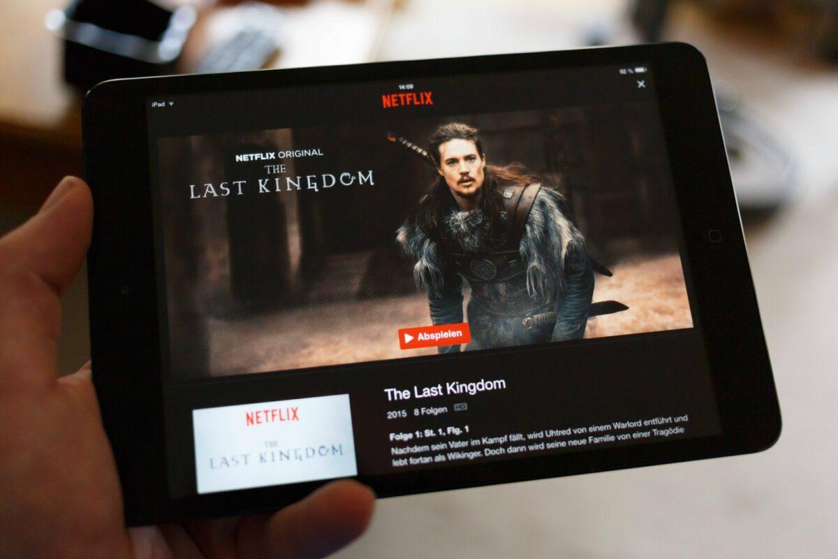 The Last Kingdom wird auf Tablet angezeigt.