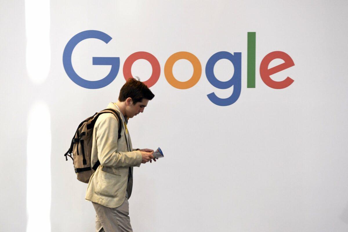 Mann läuft vor Google-Logo entlang