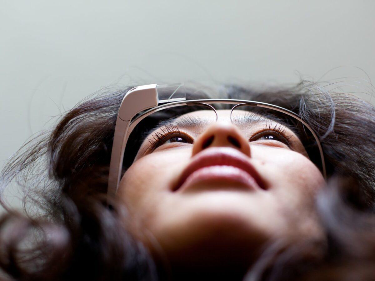 Frau mit Google Glass.