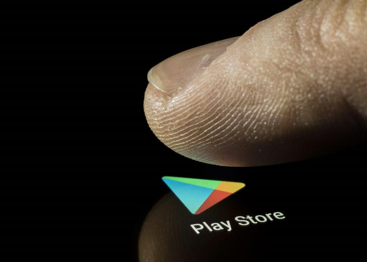 Finger drückt auf Play Store Icon