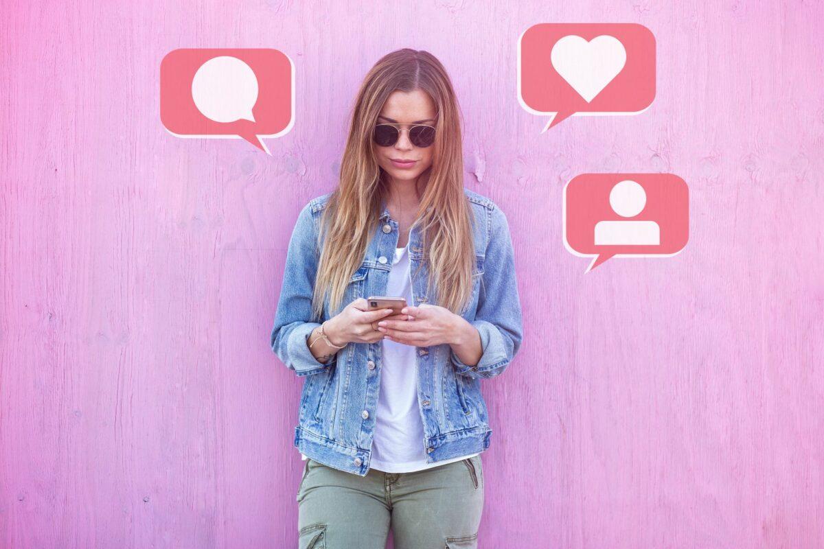 Frau mit Handy tippt SMS.