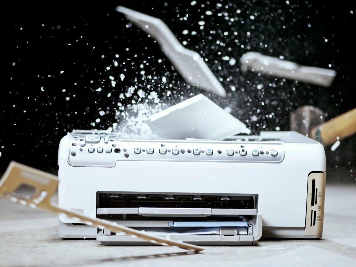 Drucker wird mit Hammer zerstört