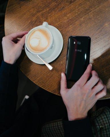 Das Smartphone ist zudem wasser- und staubdicht.