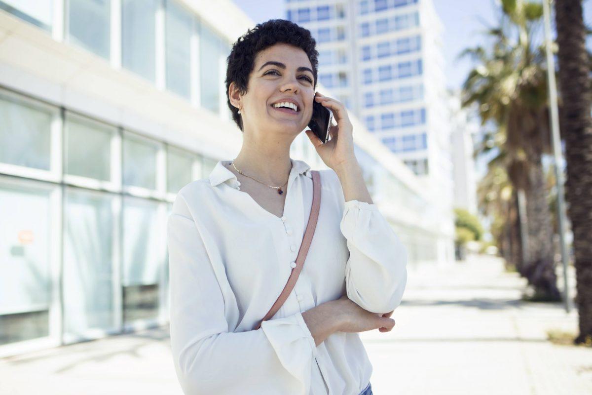 Frau telefoniert mit Handy.