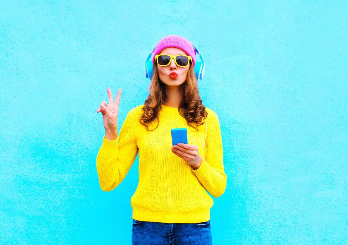 Frau mit Handy und Sonnenbrille