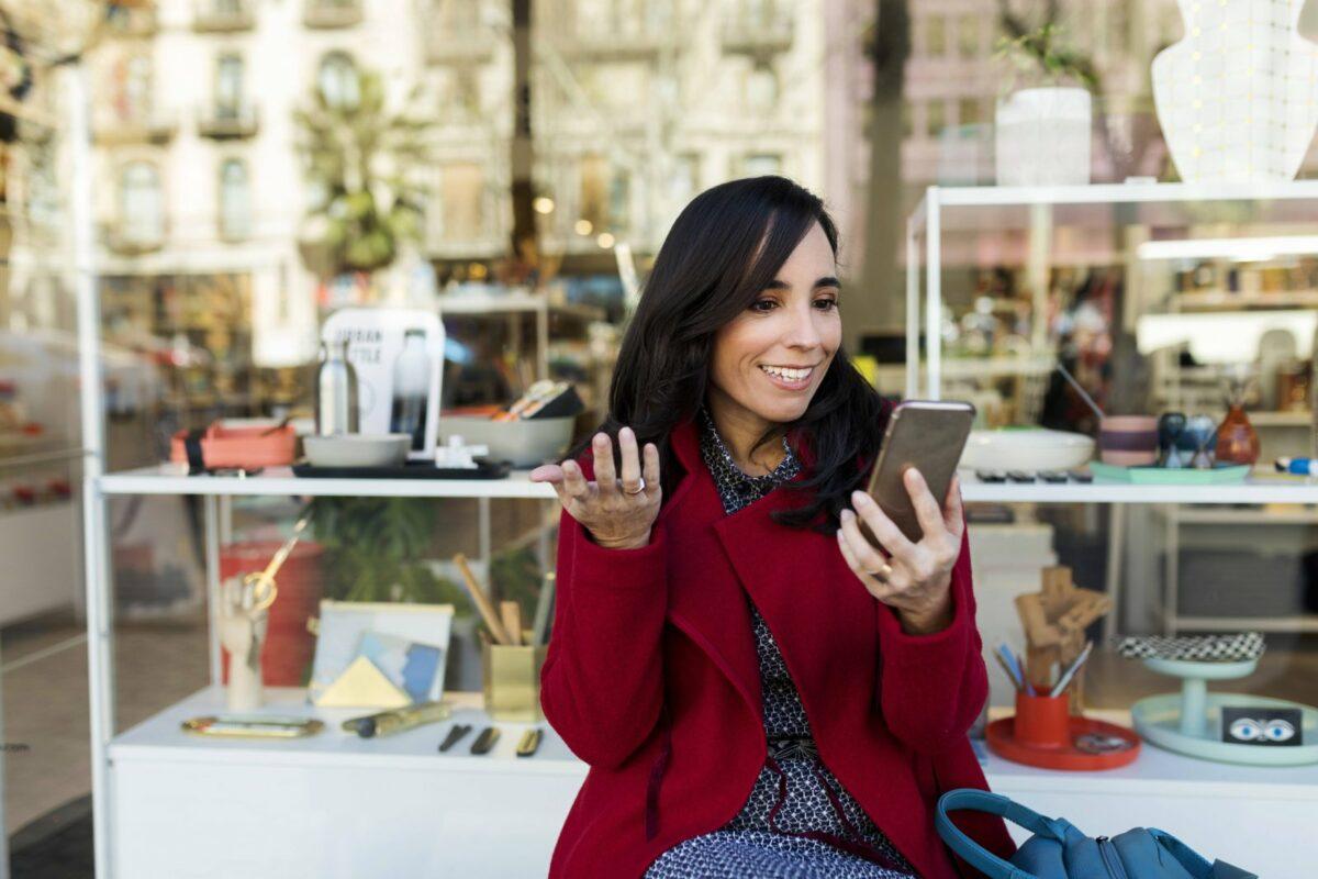 Frau schaut fragend und gespannt in ihr Handy.