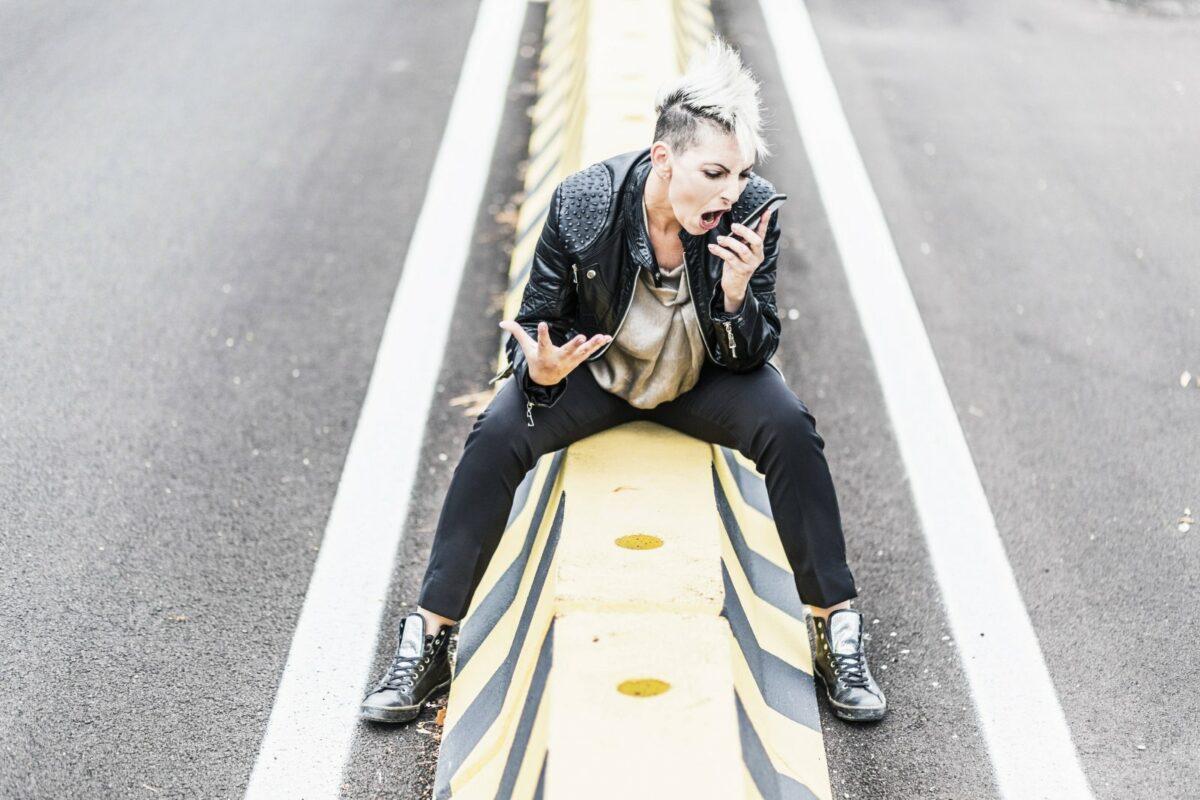 Eine Frau schreit in ihr Handy