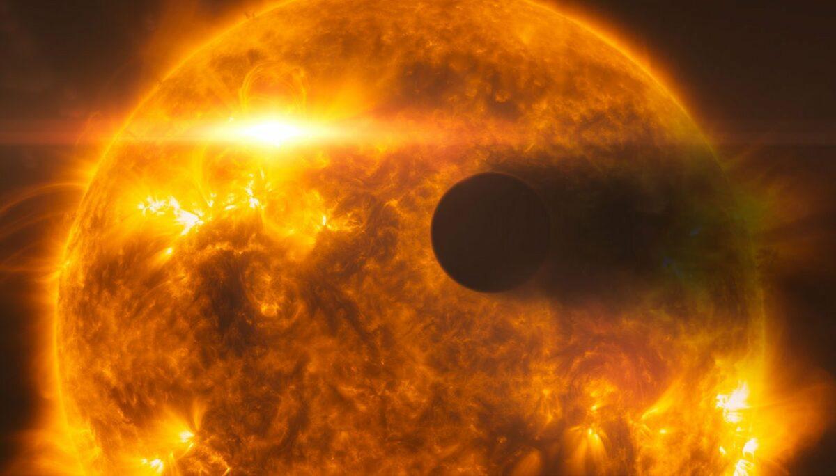 Ein flammend heißer Planet in Nahaufnahme.