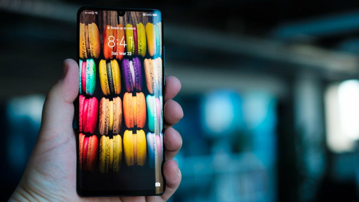 Das Huawei P30 Pro mit buntem Hintergrund.
