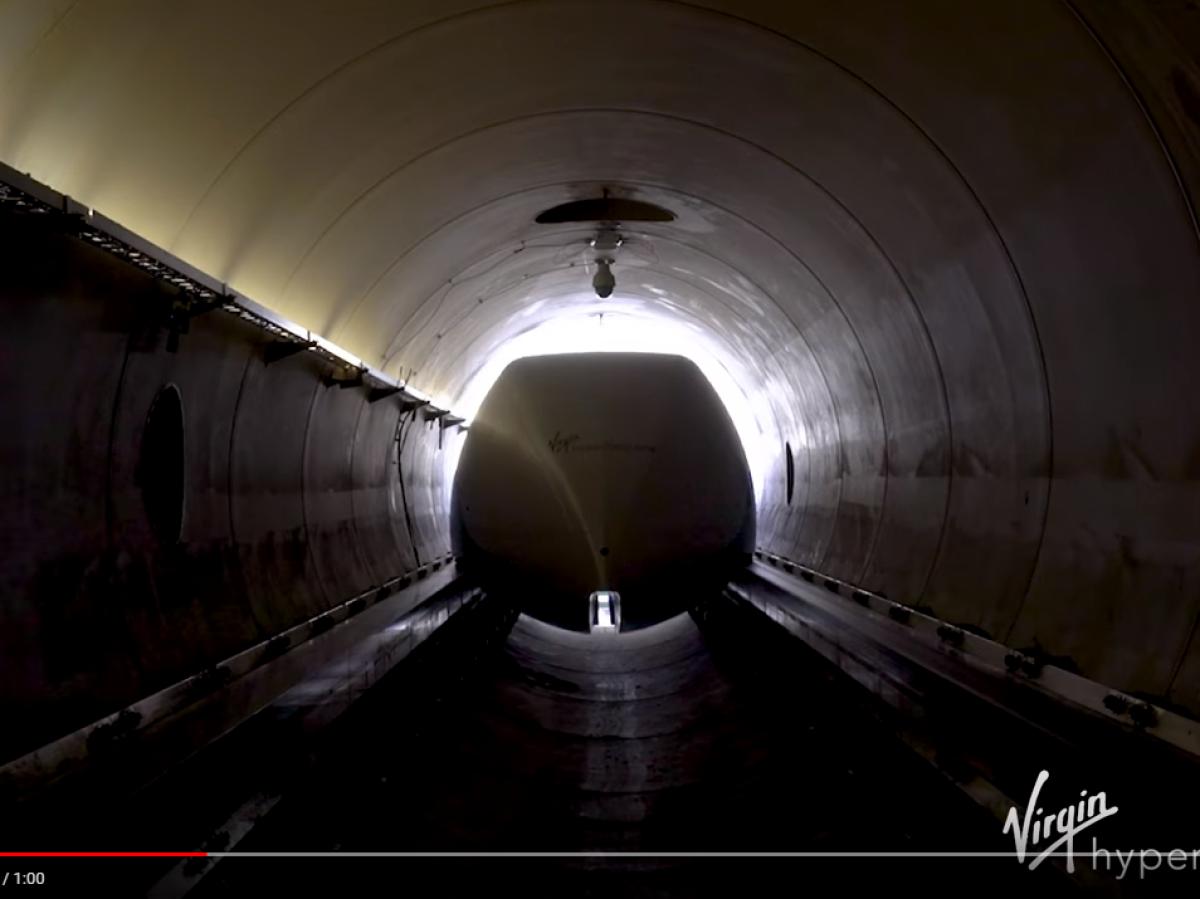 Hyperloop-Kapsel fährt in den Tunnel ein