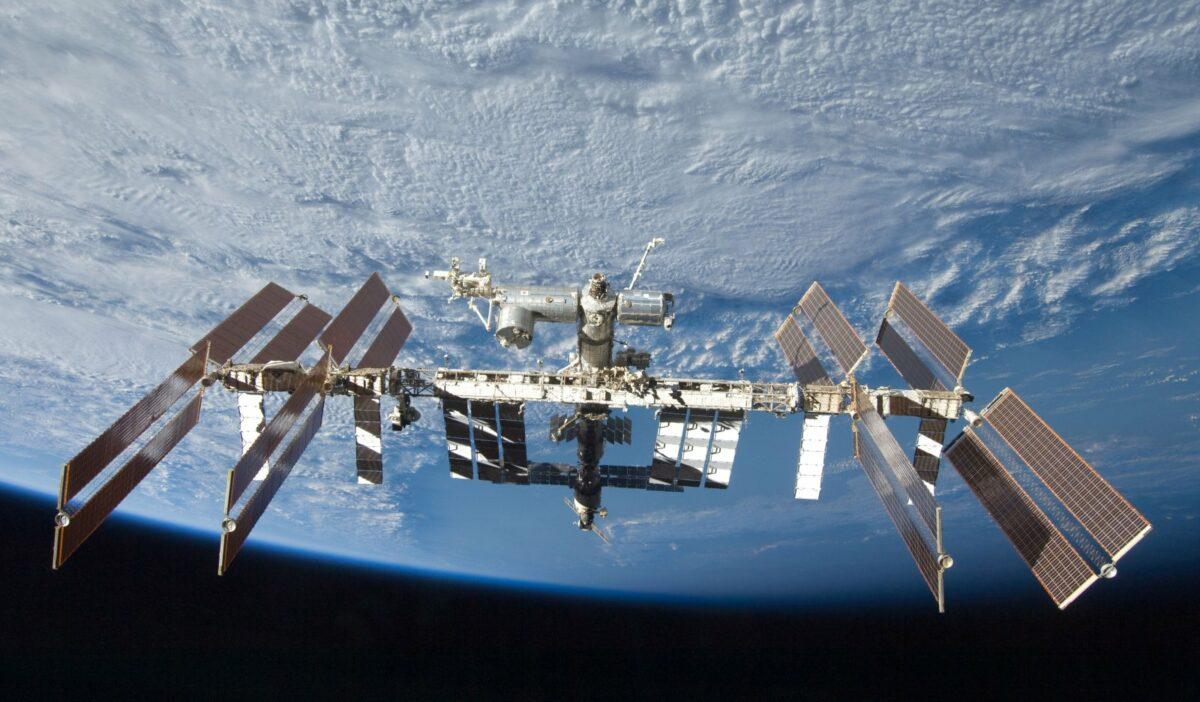 ISS-Raumstation vor der Erde.