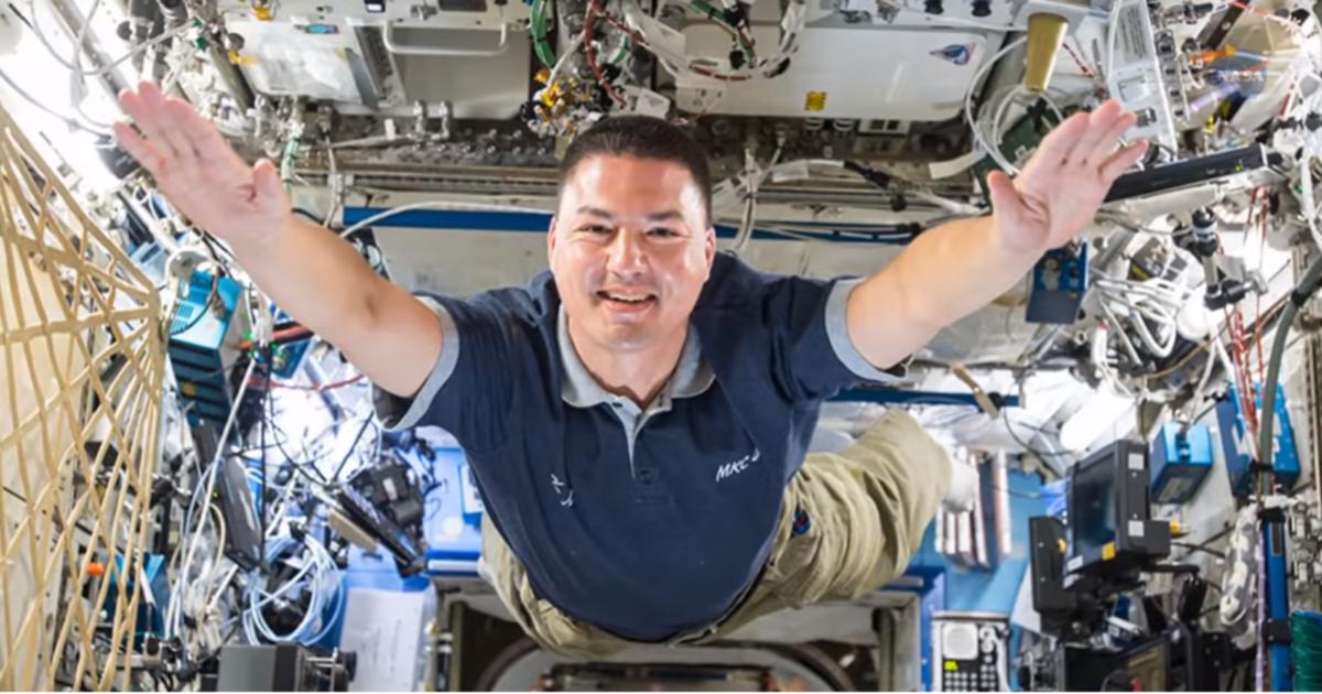 Der Astronaut Kjell Lindgren schwebt durch die ISS.