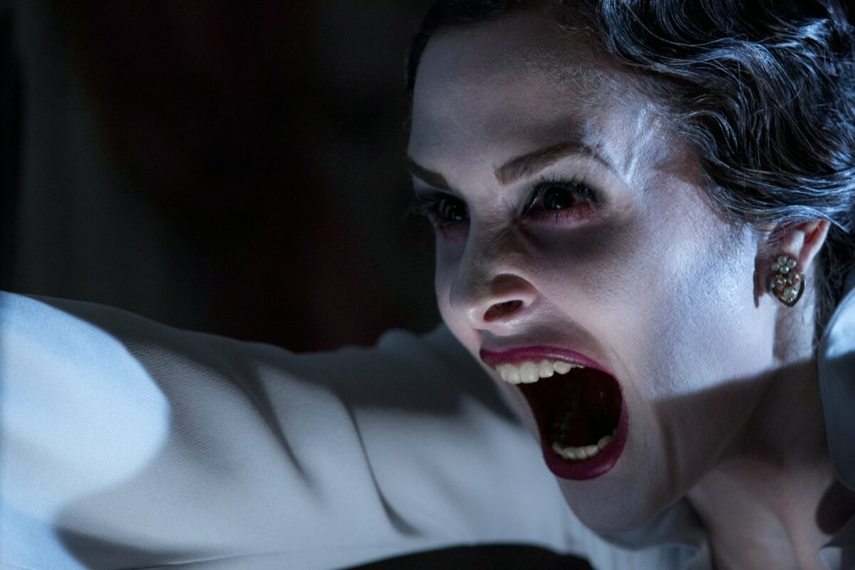 """Szene aus """"Insidious: The Last Key"""": Eine Frau mit blutunterlaufenen Augen schreit."""