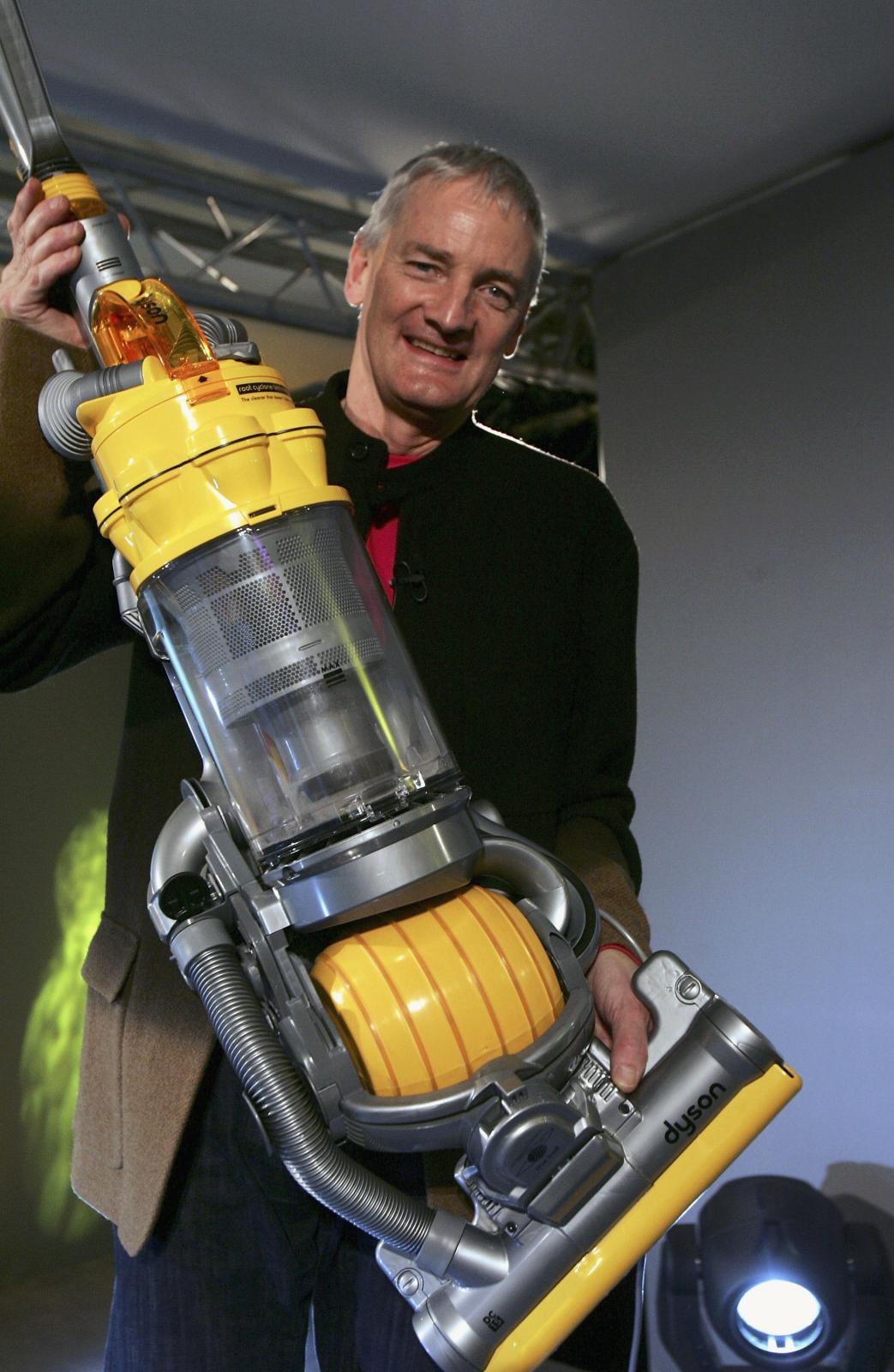 Dyson-Gründer James Dyson hält einen Dyson Staubsauger hoch