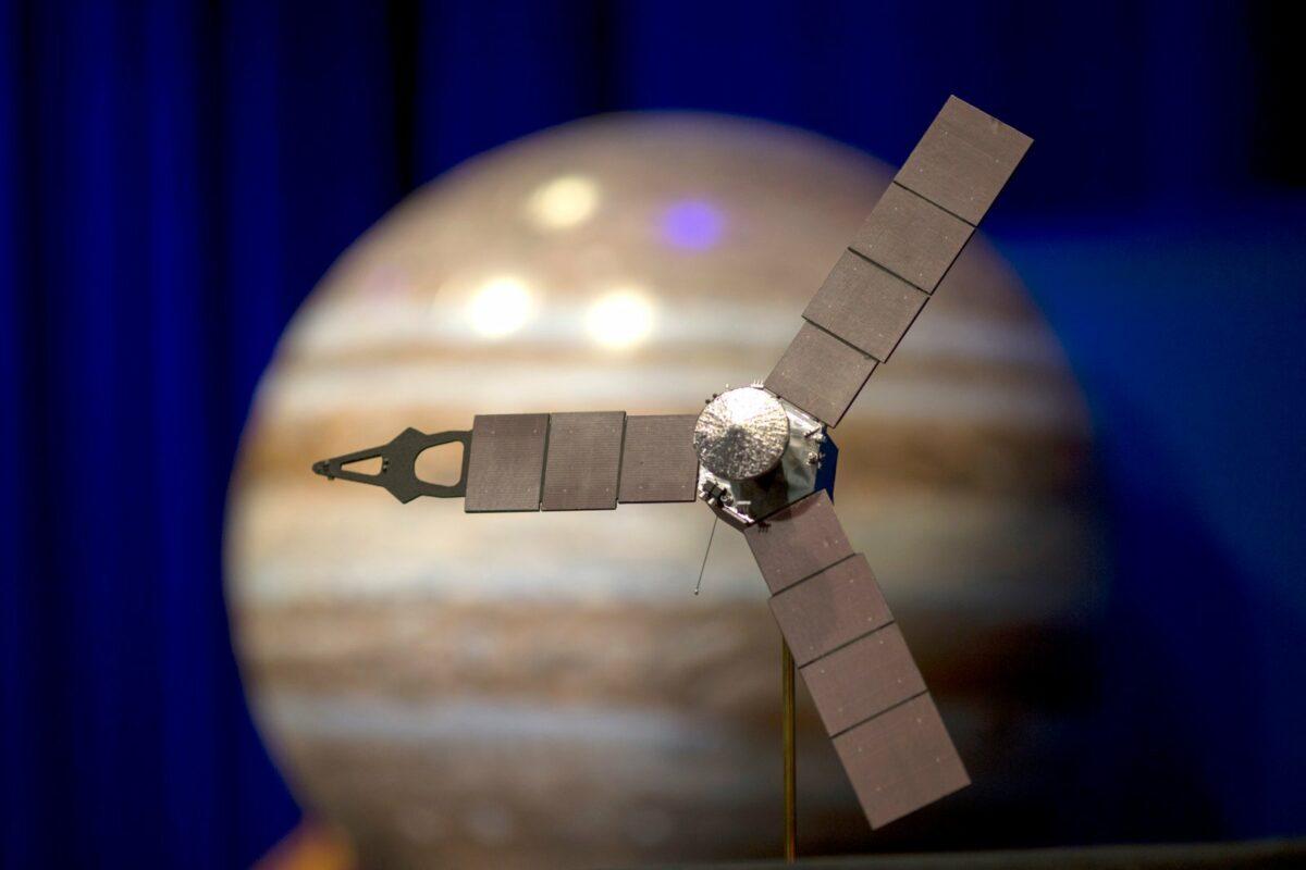 Modell der Sonde Juno vor einem Modell des Planeten Jupiter