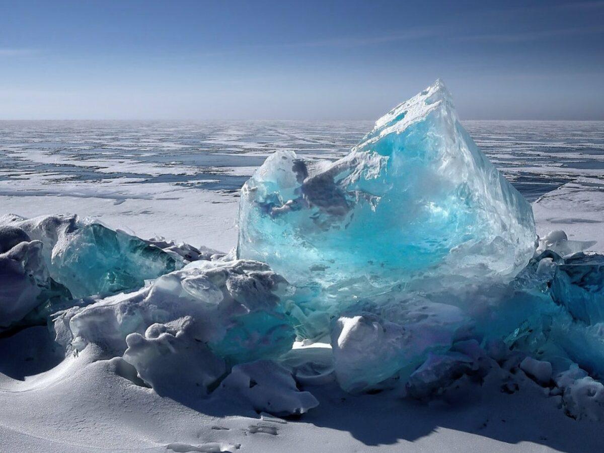 Eine eisbedeckte Fläche mit einem großen Eiskristall im Vordergrund