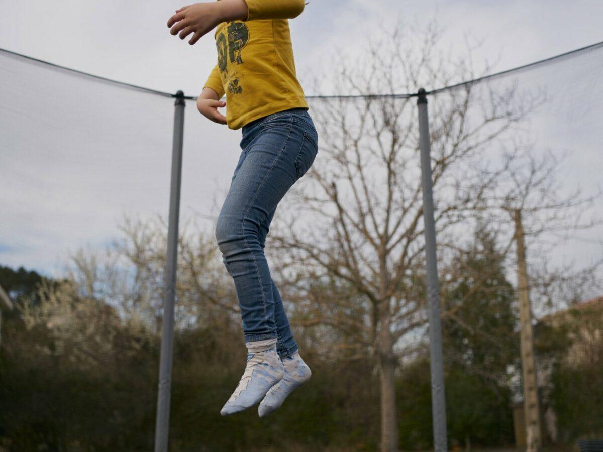Kind hüpft auf einem Trampolin