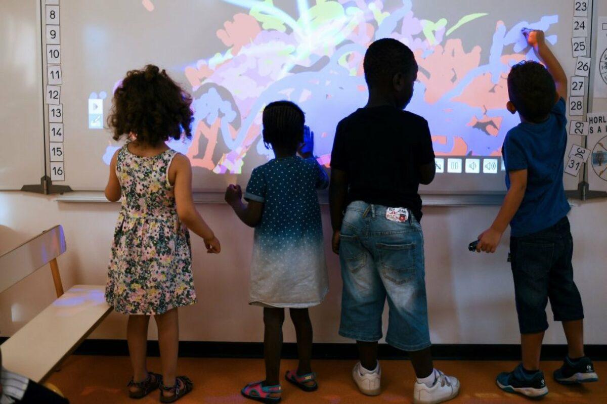Kinder vor einem Smartboard