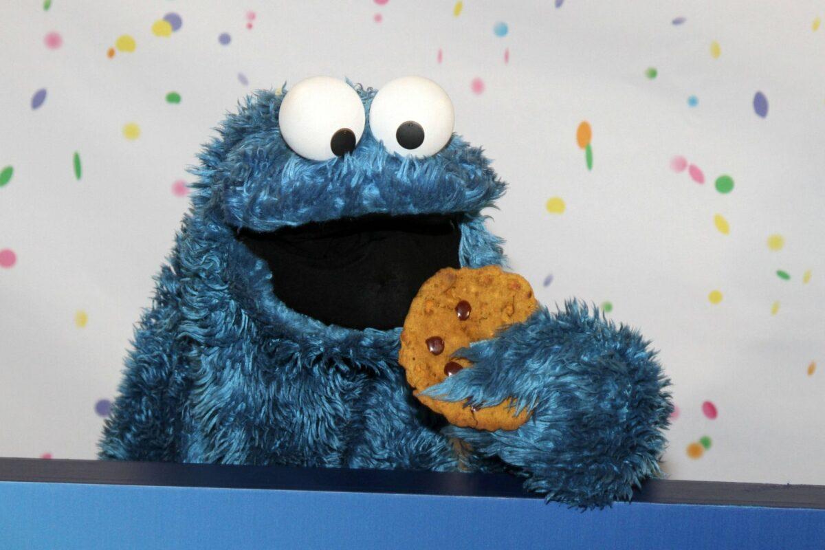 Das Krümelmonster aus der Sesamstraße isst einen Keks.