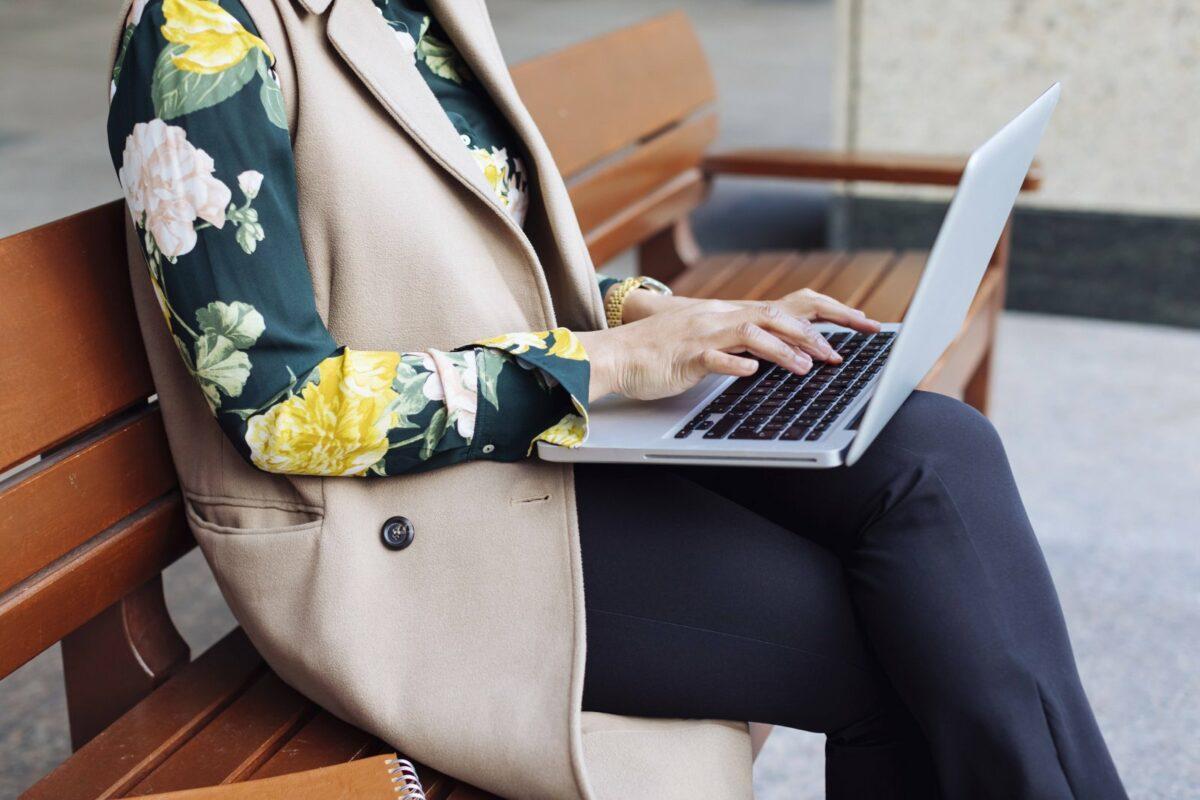 Laptop auf den Knien