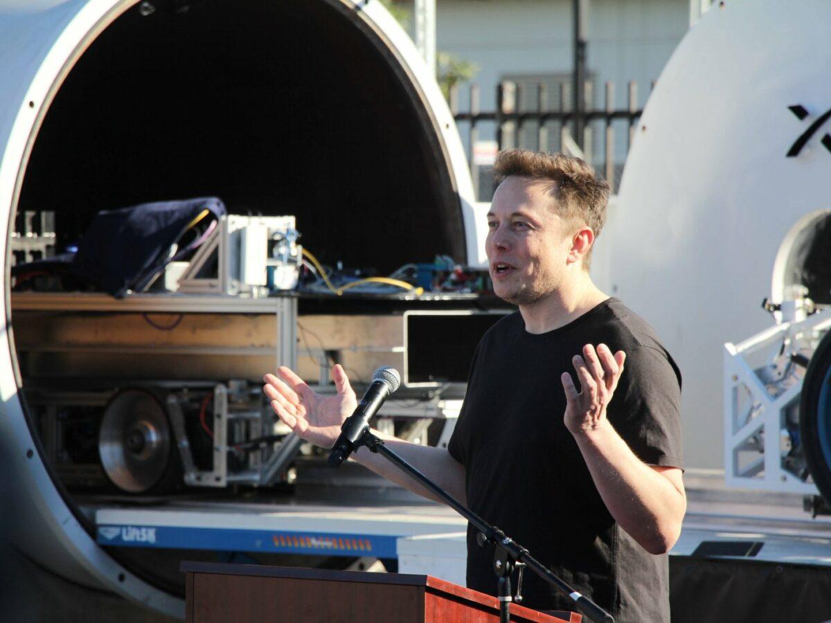 Elon Musk vor Hyperloop-Prototyp