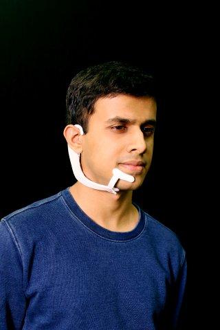 Arnav Kapur, einer der studentischen Forscher am MIT Media Lab zeigt: So sieht das AlterEgo Headset aus.
