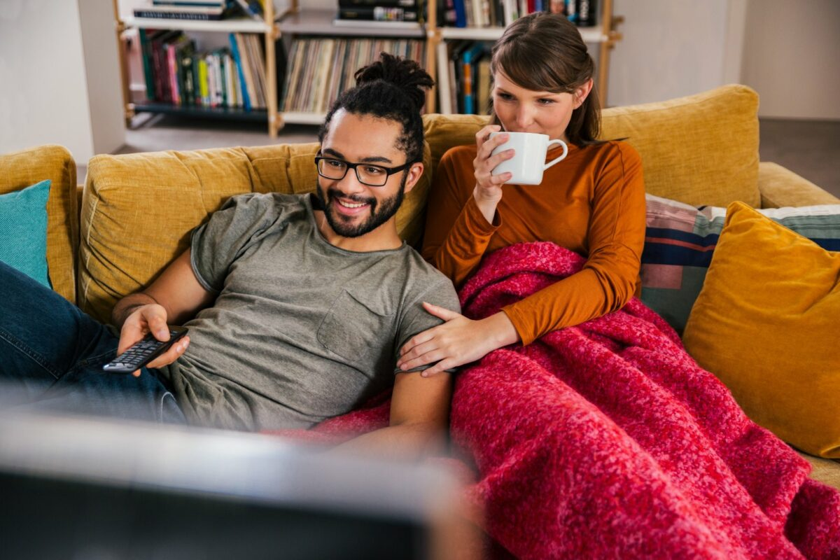 Zwei Personen auf einer Couch