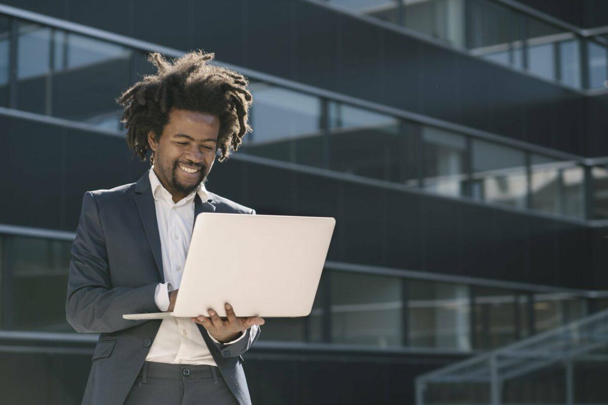 Mann mit Laptop in der Hand