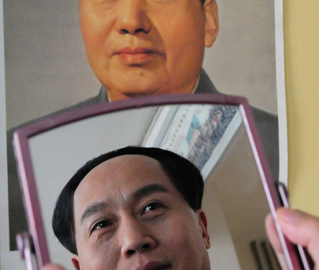 Das Bild zeigt ein Foto von Mao Zedong