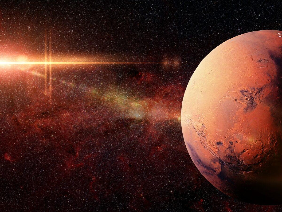Planet Mars in der Galaxie und die Sonne im Hintergrund.