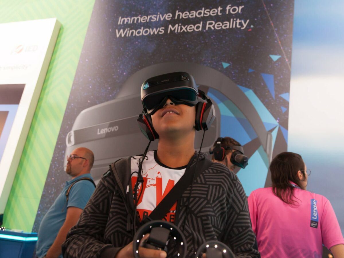 Ein Besucher der IFA testet eine Virtual Reality-Brille.