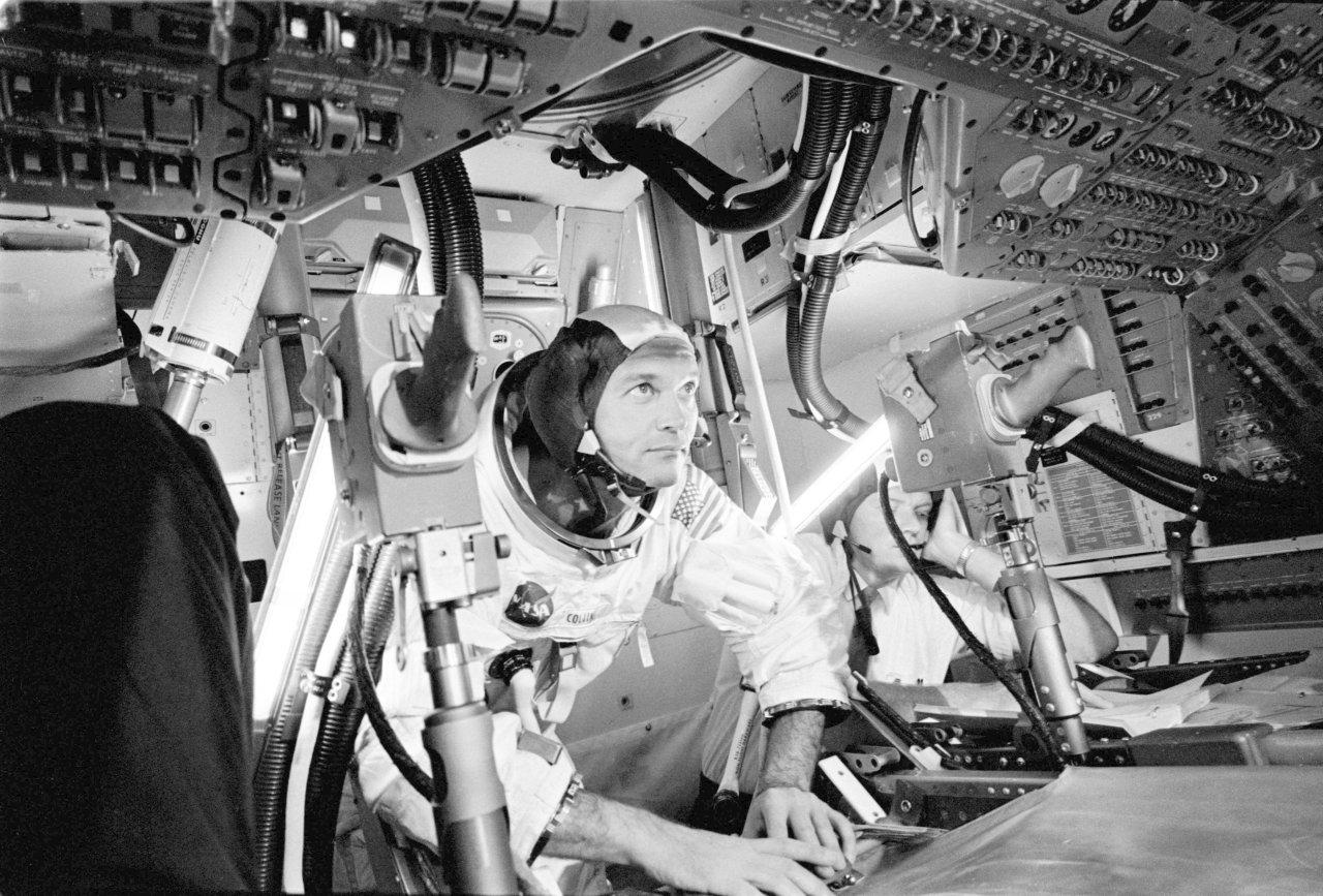"""Während Neil Armstrong und """"Buzz"""" Aldrin die Mondoberfläche erkunden, bereitet sich Michael Collins im Kommandomodul """"Columbia"""" auf die Rückkehr der zwei Astronauten vor."""