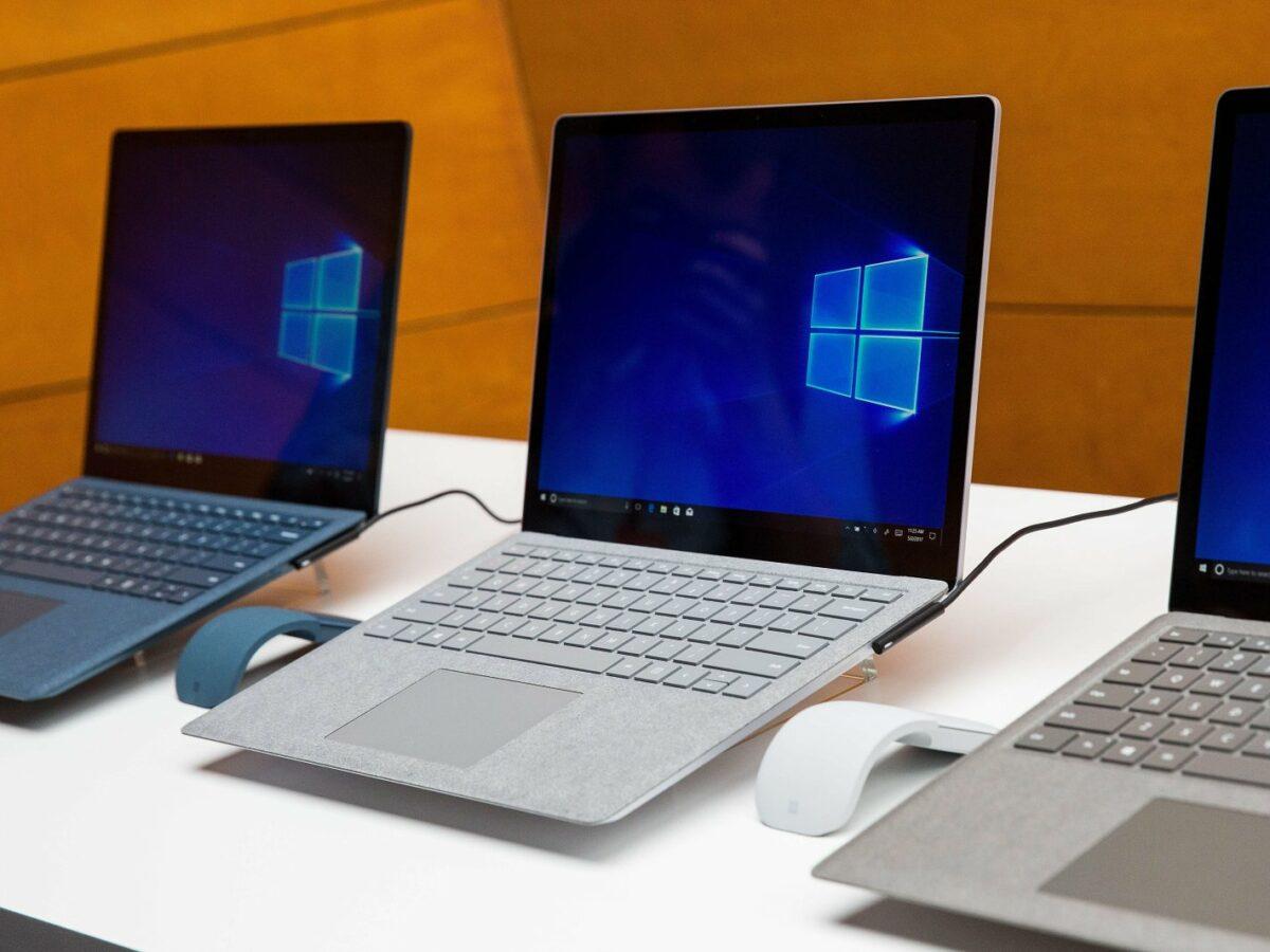 Mehrere Laptops mit Windows-Logo auf einem Tisch