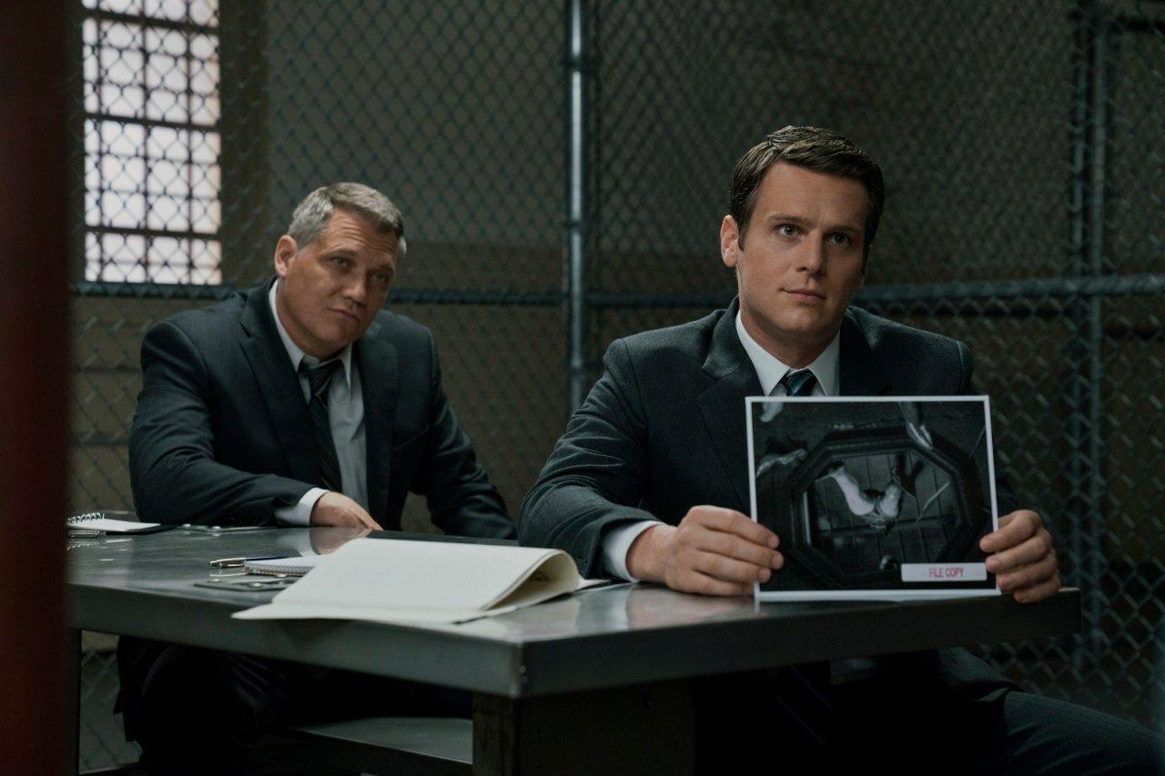 """Die FBI-Agenten Holden Ford und Bill Tench müssen sich auch in """"Mindhunter"""" Staffel 2 wieder mit der Psyche von Serienkillern auseinandersetzen."""