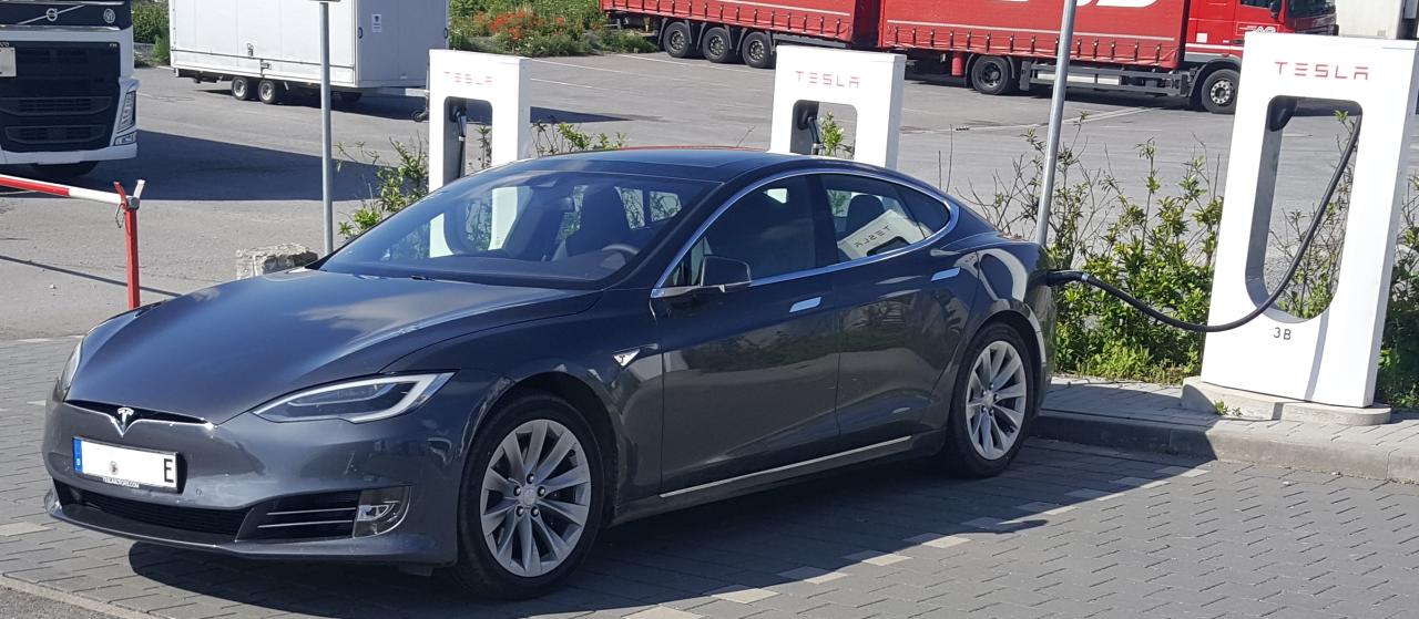 Das Model S nach dem letzten Facelift. Der Grill ist nun fast nicht mehr vorhanden.