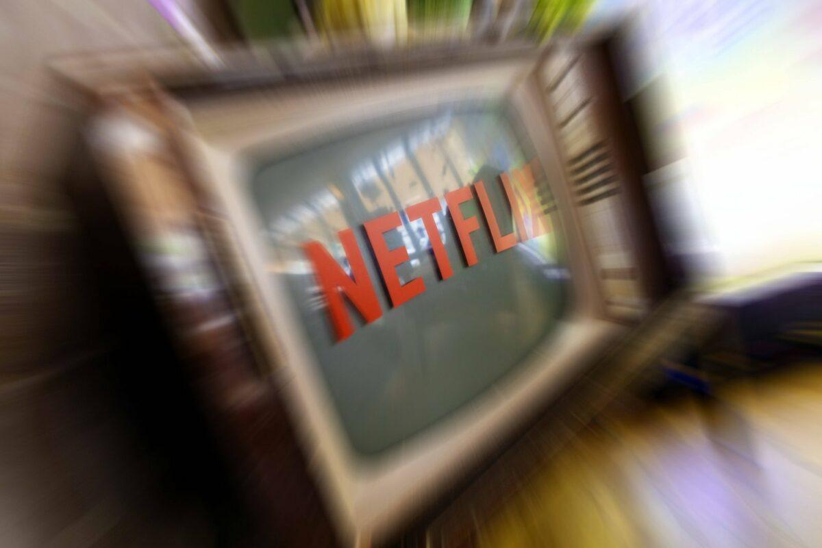 Netflix-Logo auf einem altmodischen Fernseher