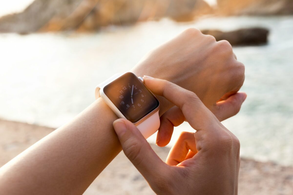 Apple Watch am Handgelenk einer Frau.