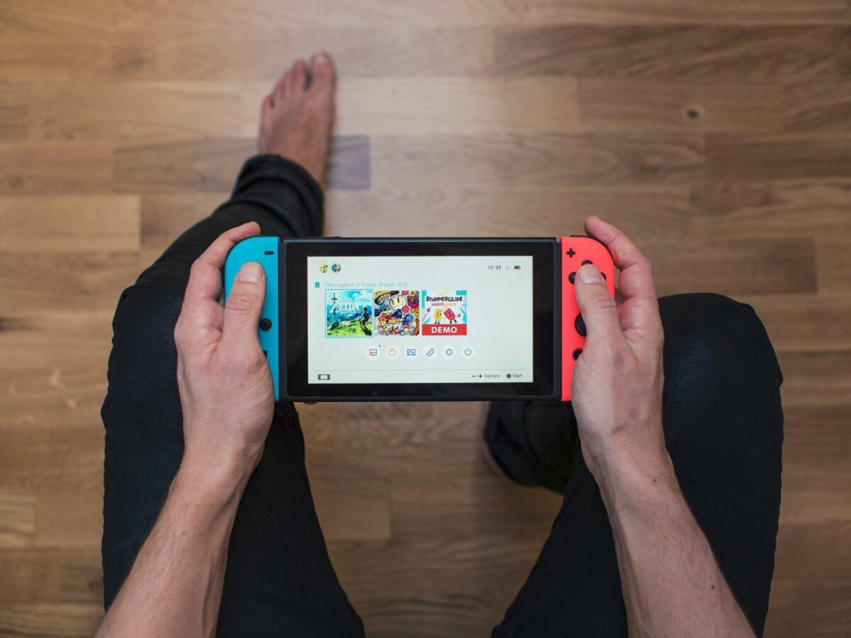 Nintendo Switch in der Hand.