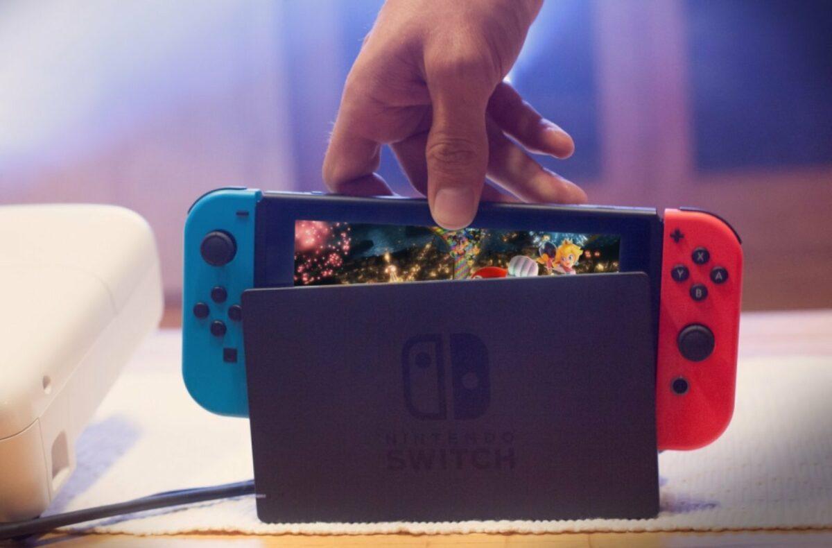 Hand greift nach einer Nintendo Switch