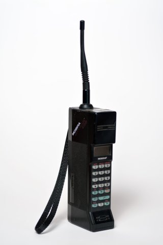 """Für damalige Verhältnisse ein """"mobiles"""" Telefon: das Nokia-Mobira Cityman 900."""