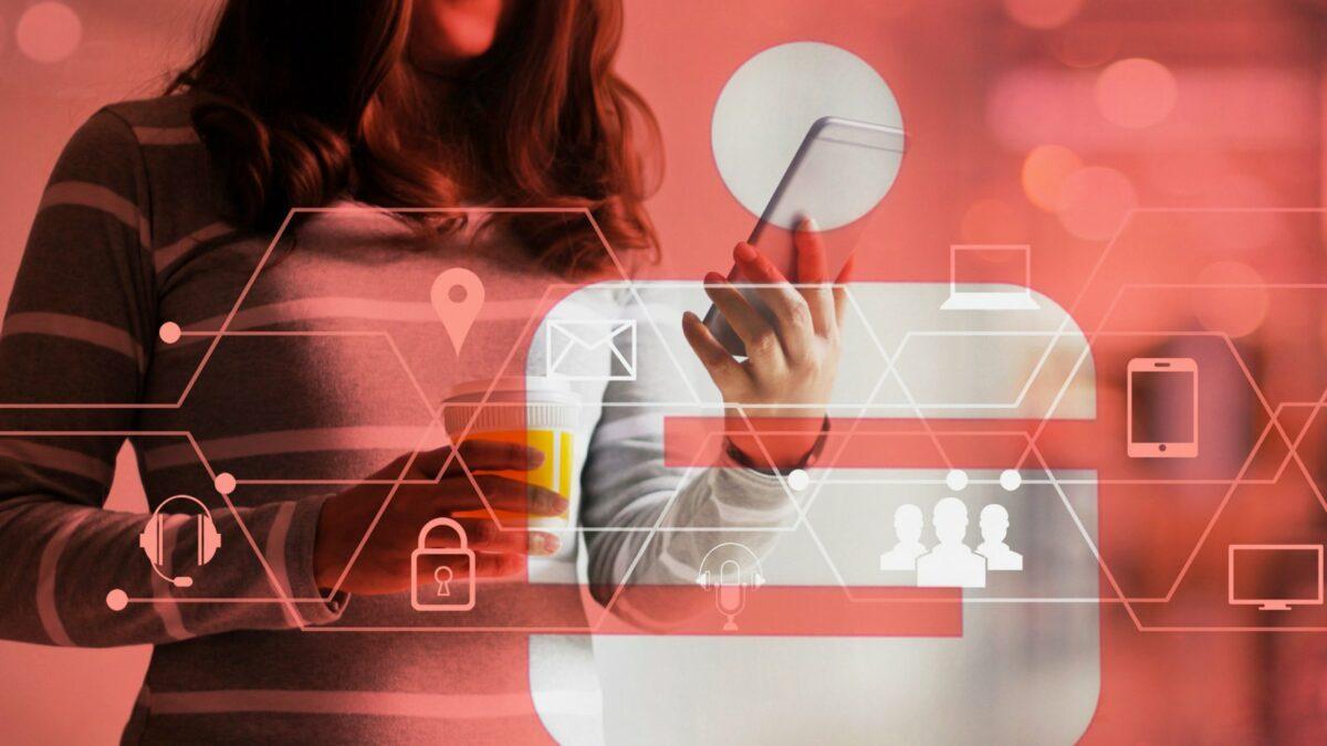 Frau mit Smartphone und Online-Banking-Symbolen sowie dem Sparkassen-Logo