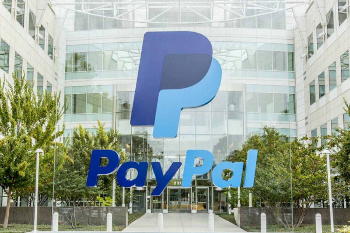 PayPal-Logo vor einem Gebäude