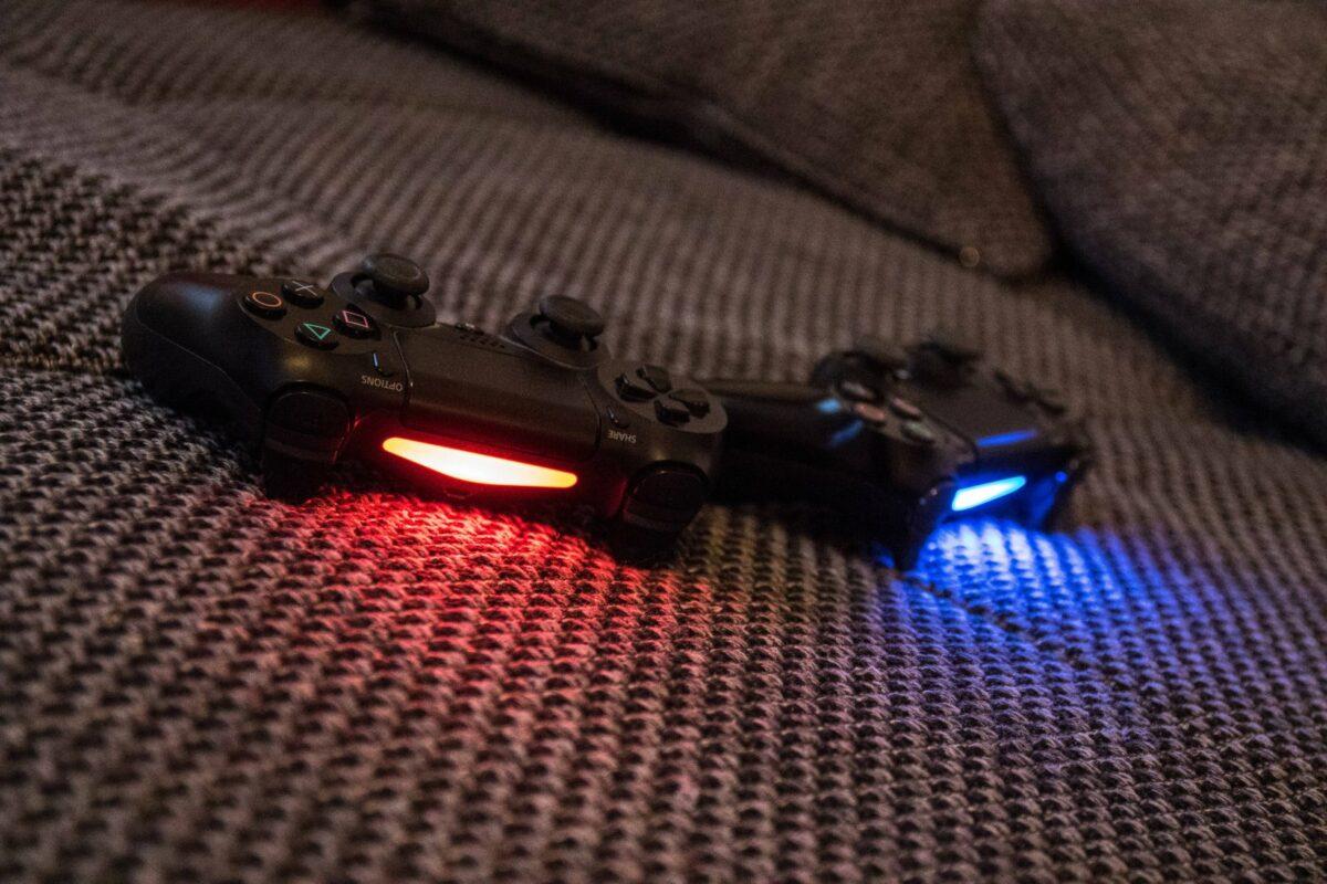 Zwei PlayStation 4 Controller auf dem Sofa.