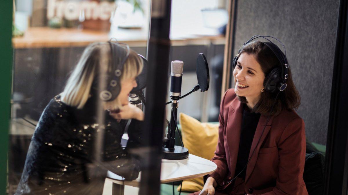 Frauen-nehmen-Podcast-auf