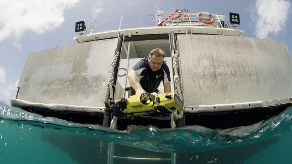 Professor Matthew Dunbabin (QUT) mit einem RangerBot